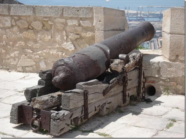 Старинная пушка в замке Санта Барбара
